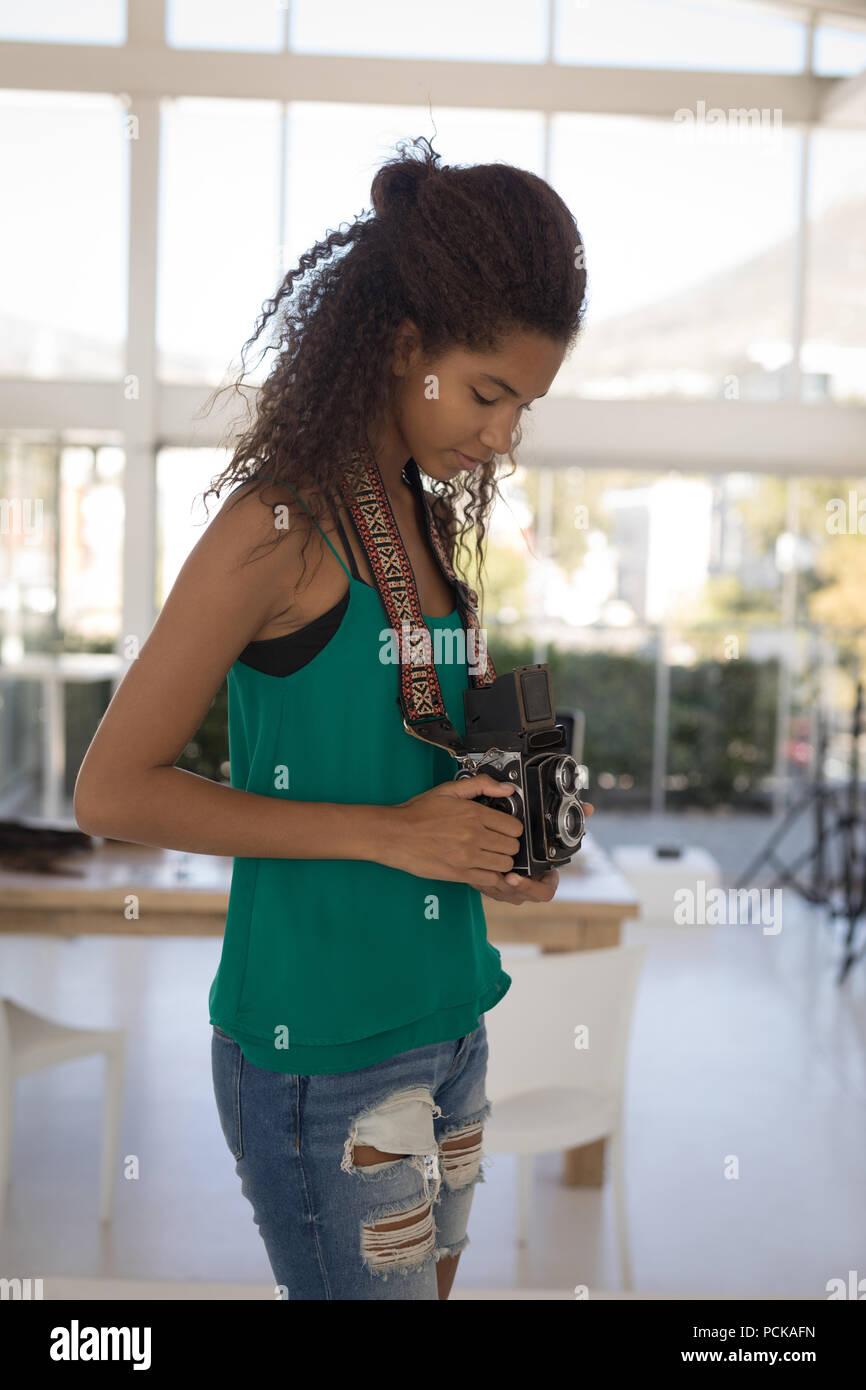 Prendre des photos du photographe dans le studio Photo Stock