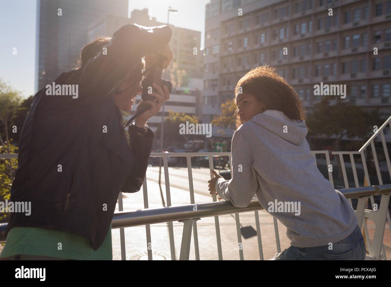 Photographe à prendre des photos d'un modèle en street Photo Stock