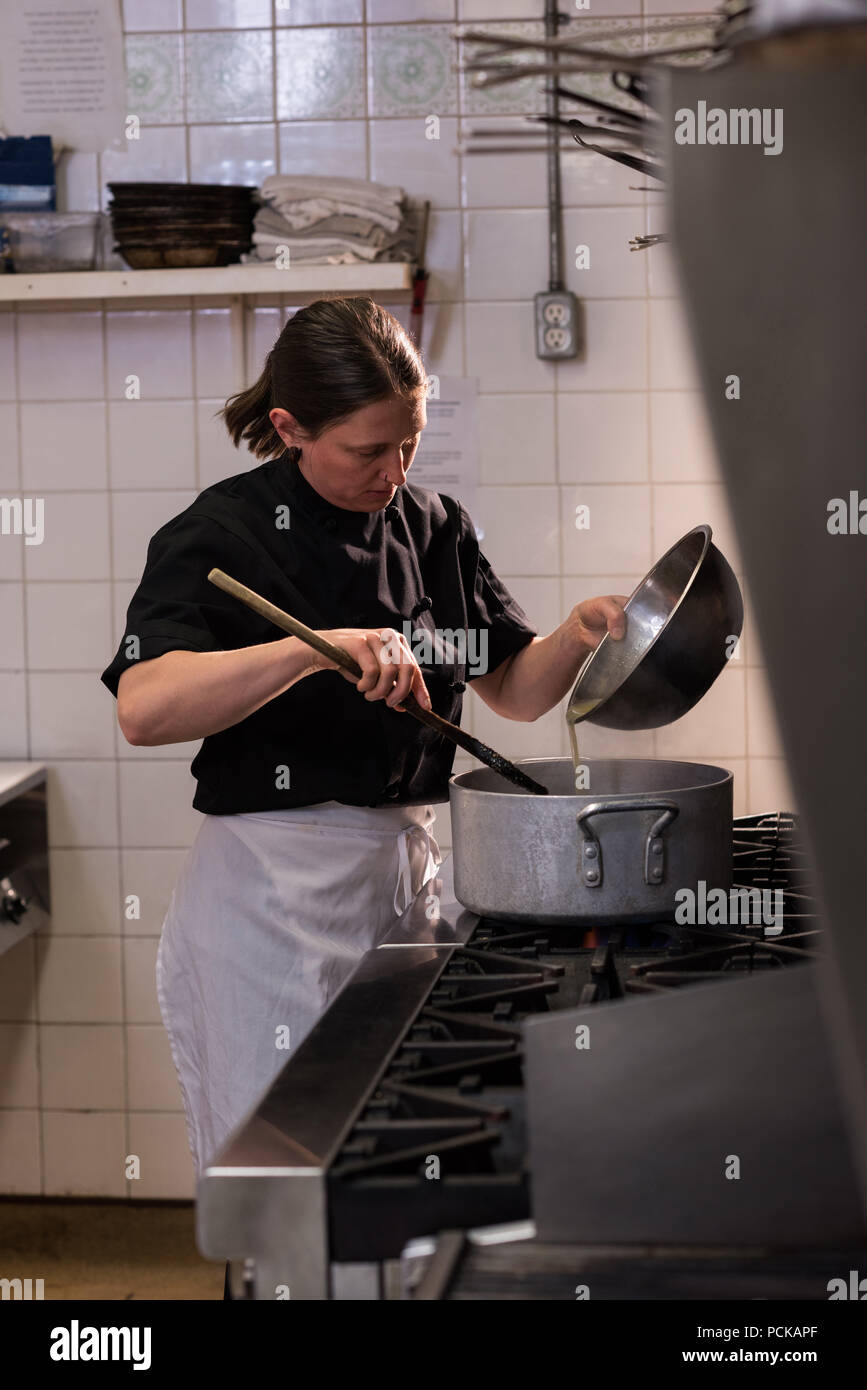 Le chef cooking in commercial Kitchen Banque D'Images