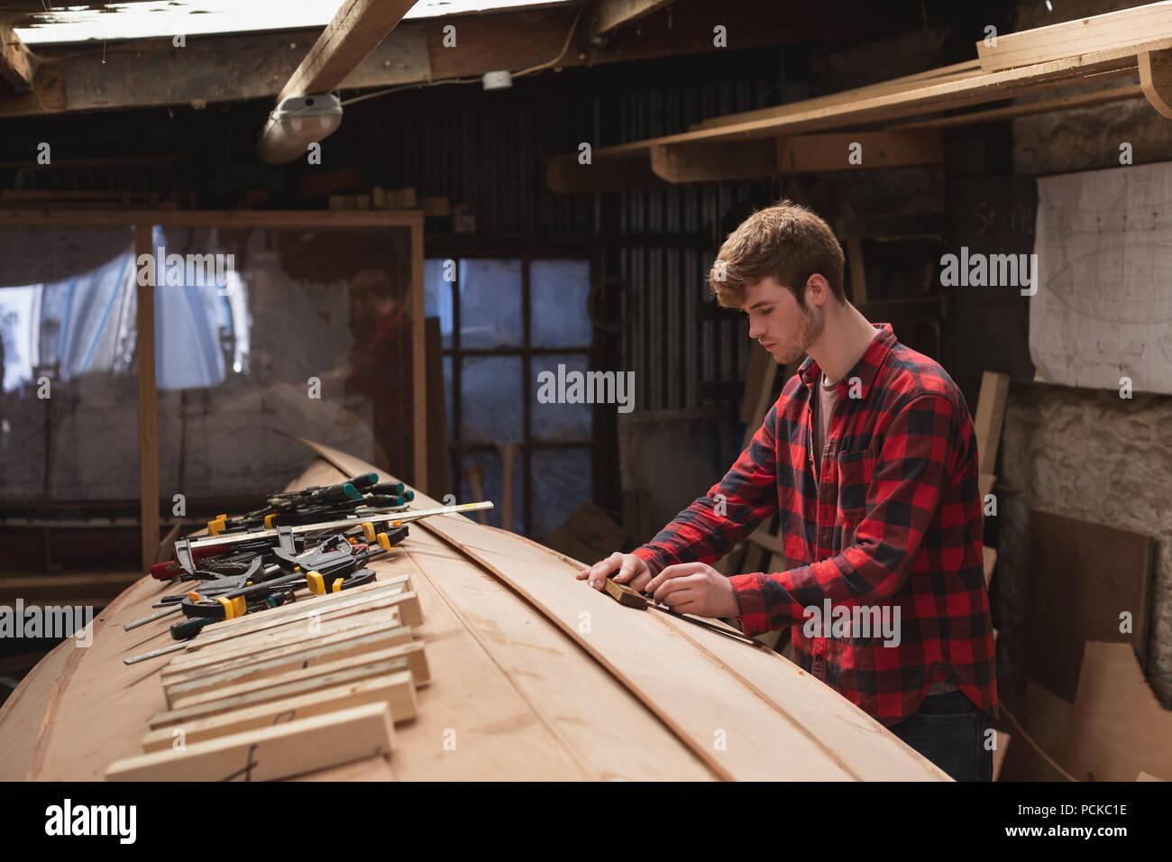 Male carpenter travaillant en atelier Banque D'Images