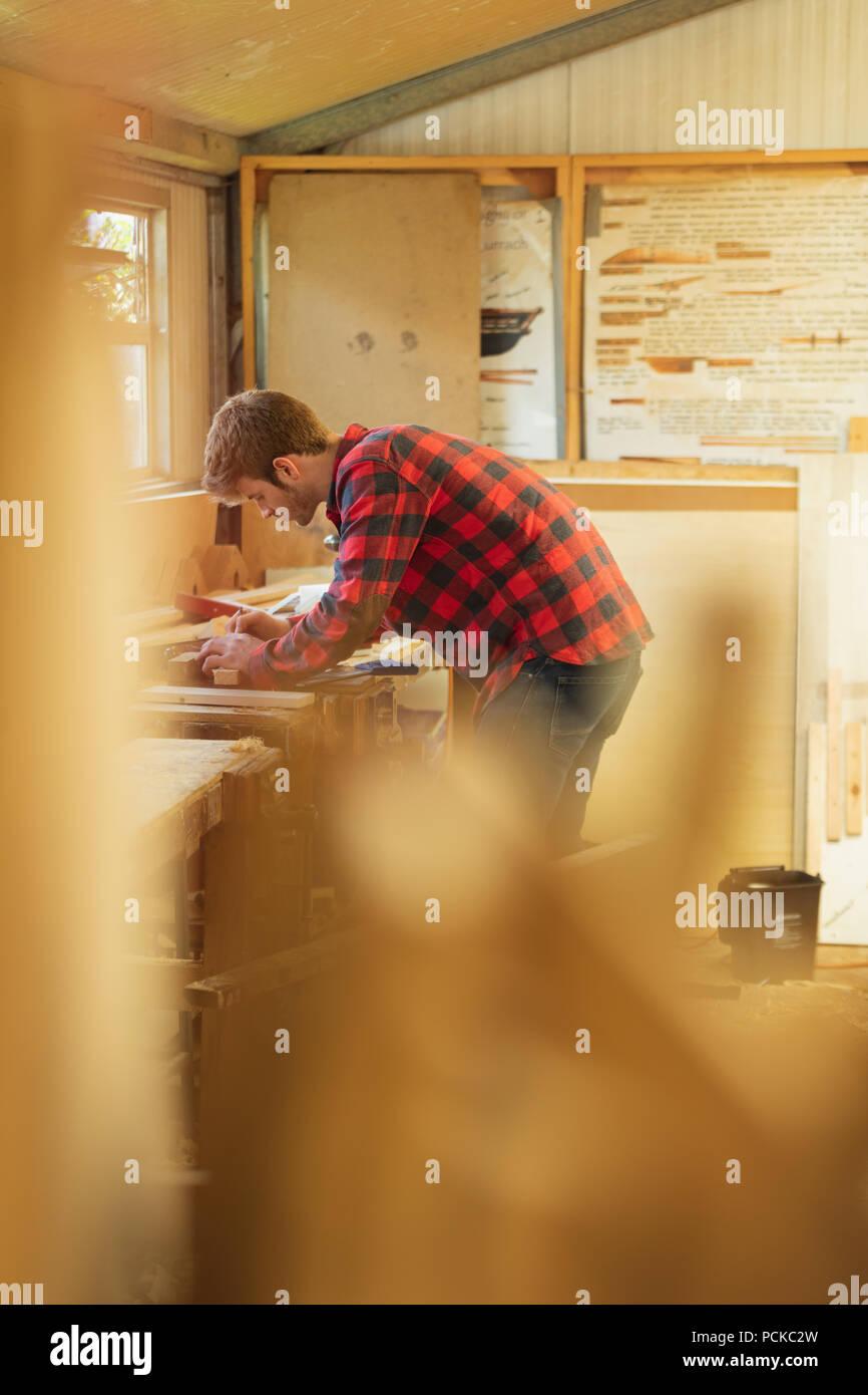 Male carpenter travaillant en atelier Photo Stock