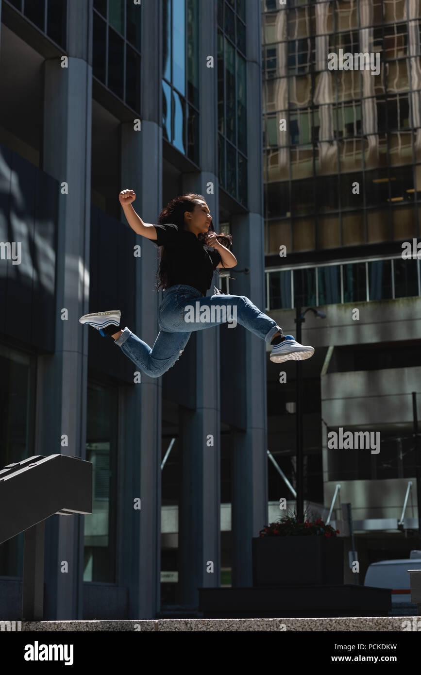 Danseur de la rue de sexe féminin dans la ville Photo Stock