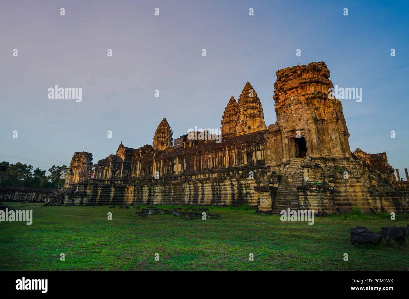 Angkor Wat temple, à partir de la face ouest, au lever du soleil. Siem Reap, Cambodge. Photo Stock