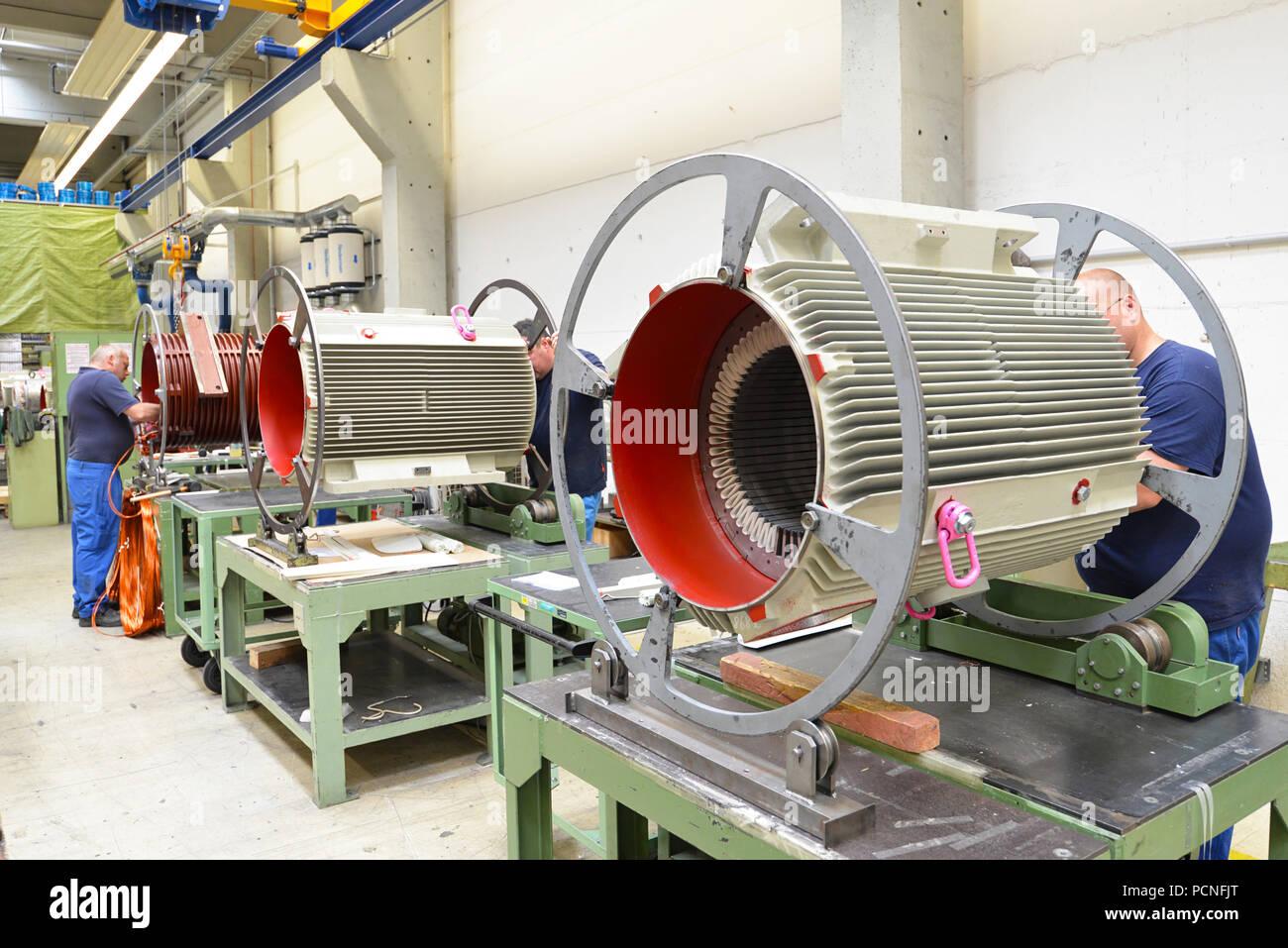 Les travailleurs dans une usine de montage de moteurs électriques Photo Stock