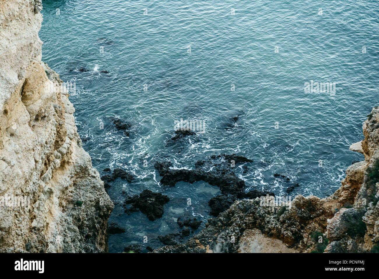 Belle vue sur l'océan Atlantique et les rochers au large de la côte du Portugal. Incroyable paysage naturel. Banque D'Images