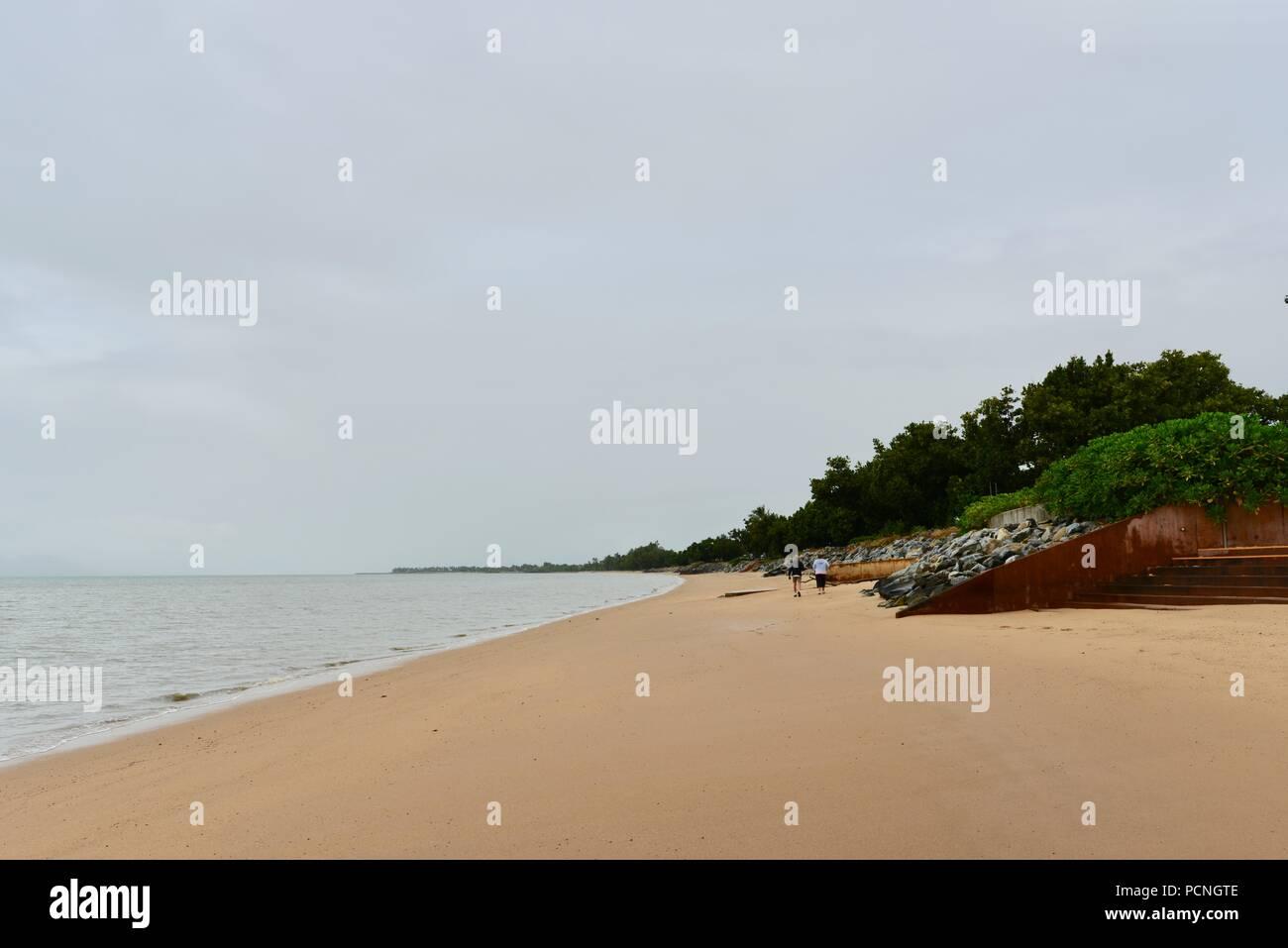 Un vieux couple marche le long de la plage à Cardwell, Cardwell, Queensland, Australie Photo Stock