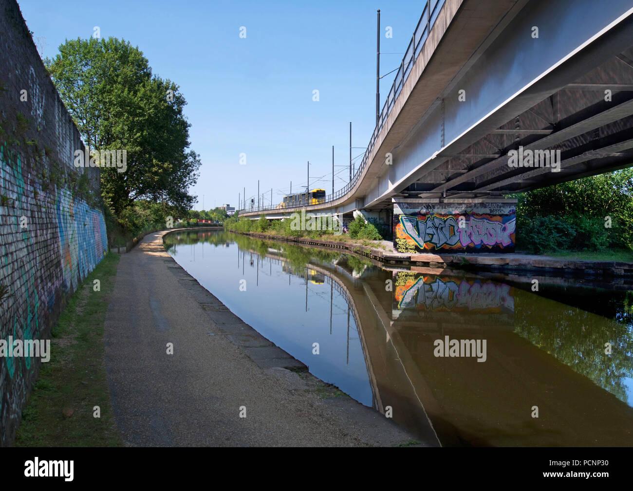Tramway jaune sur le Manchester Metrolink au-dessus du canal de Bridgewater Photo Stock