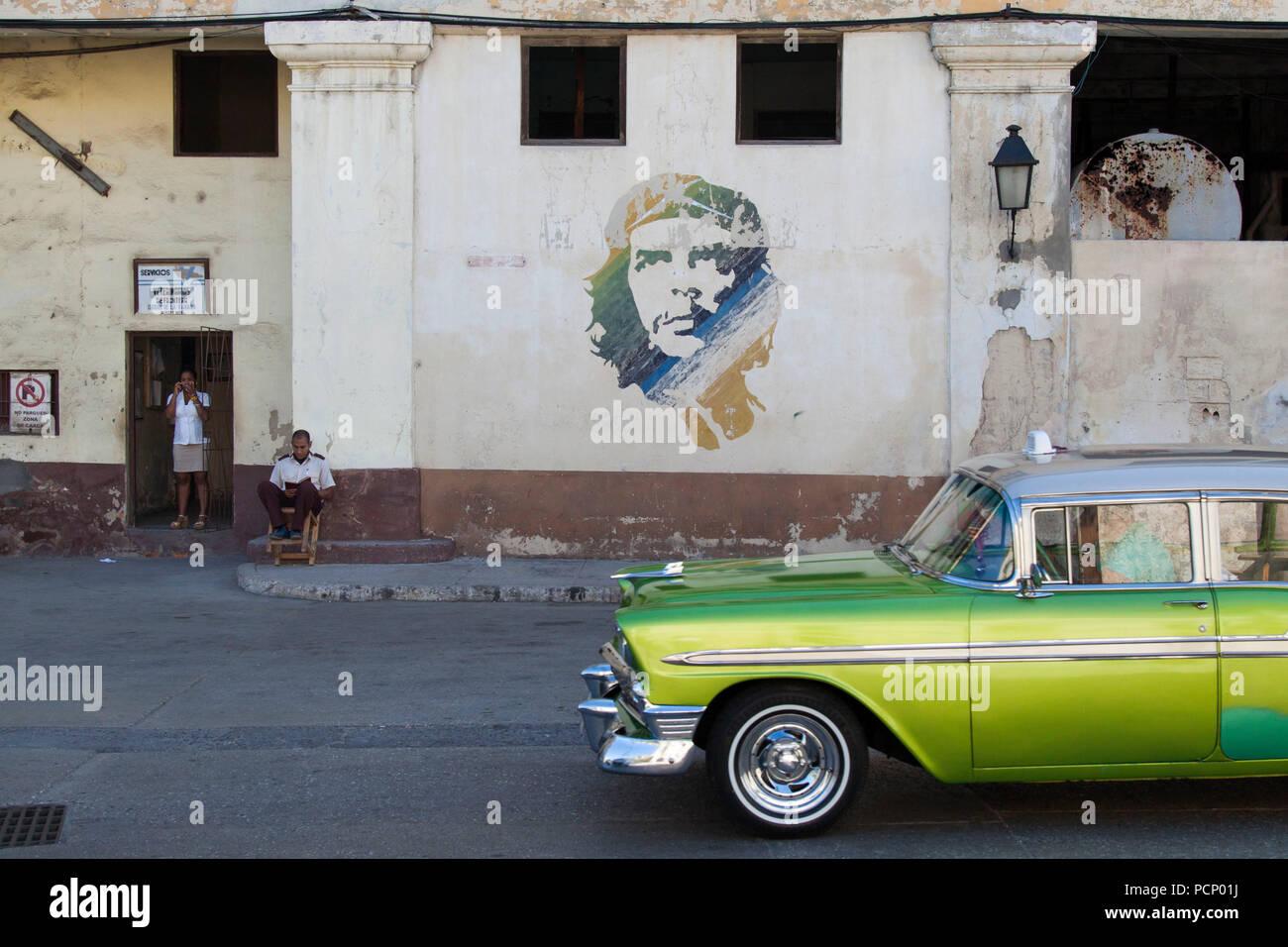 Caraïbes, Cuba, La Havane, scène de rue avec des graffitis Che et boissons Banque D'Images