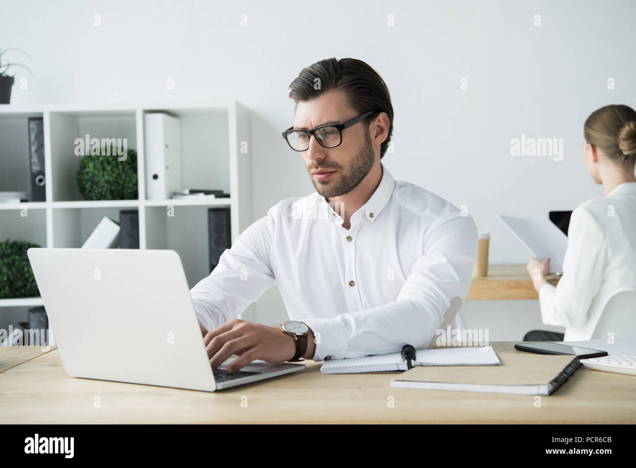 Bureau homme moderne homme mûr au bureau créatif avec bureau