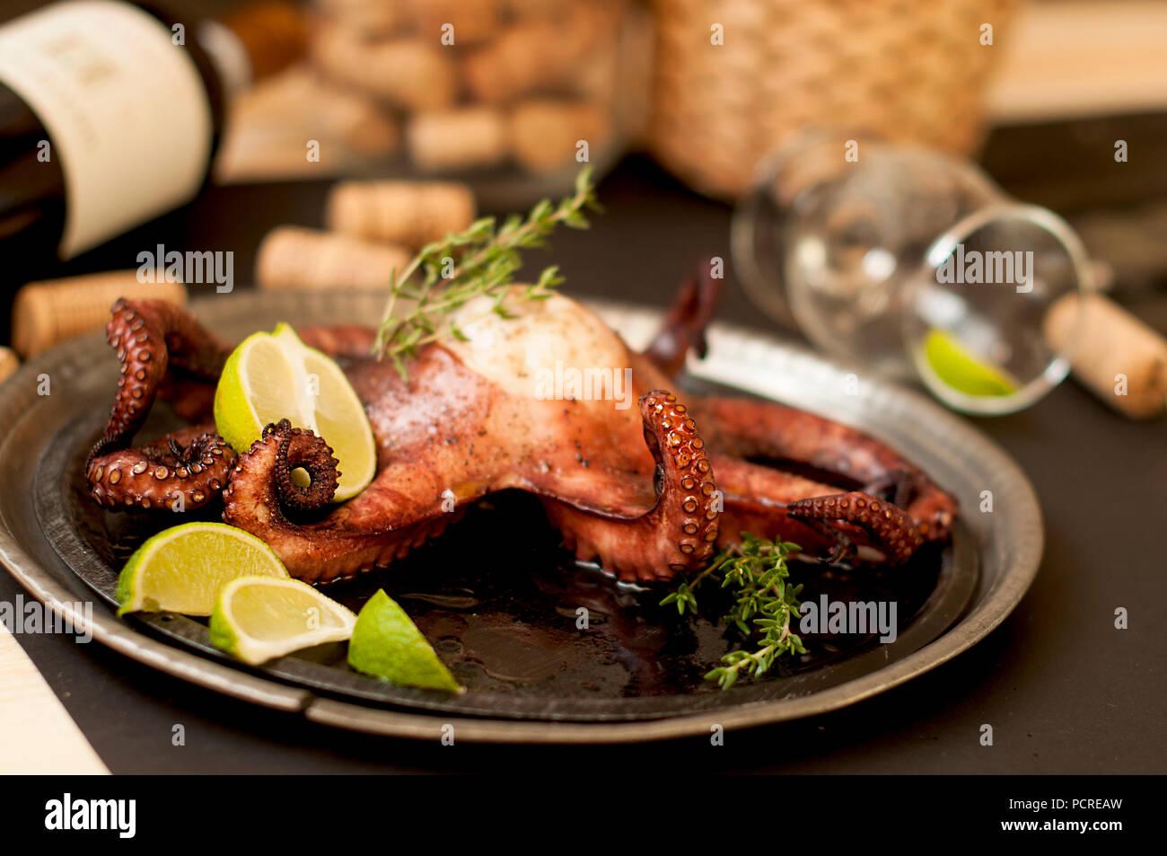 Le poulpe et le vin, la cuisine traditionnelle italienne. La nourriture bonne. Les fruits de mer. Photo Stock