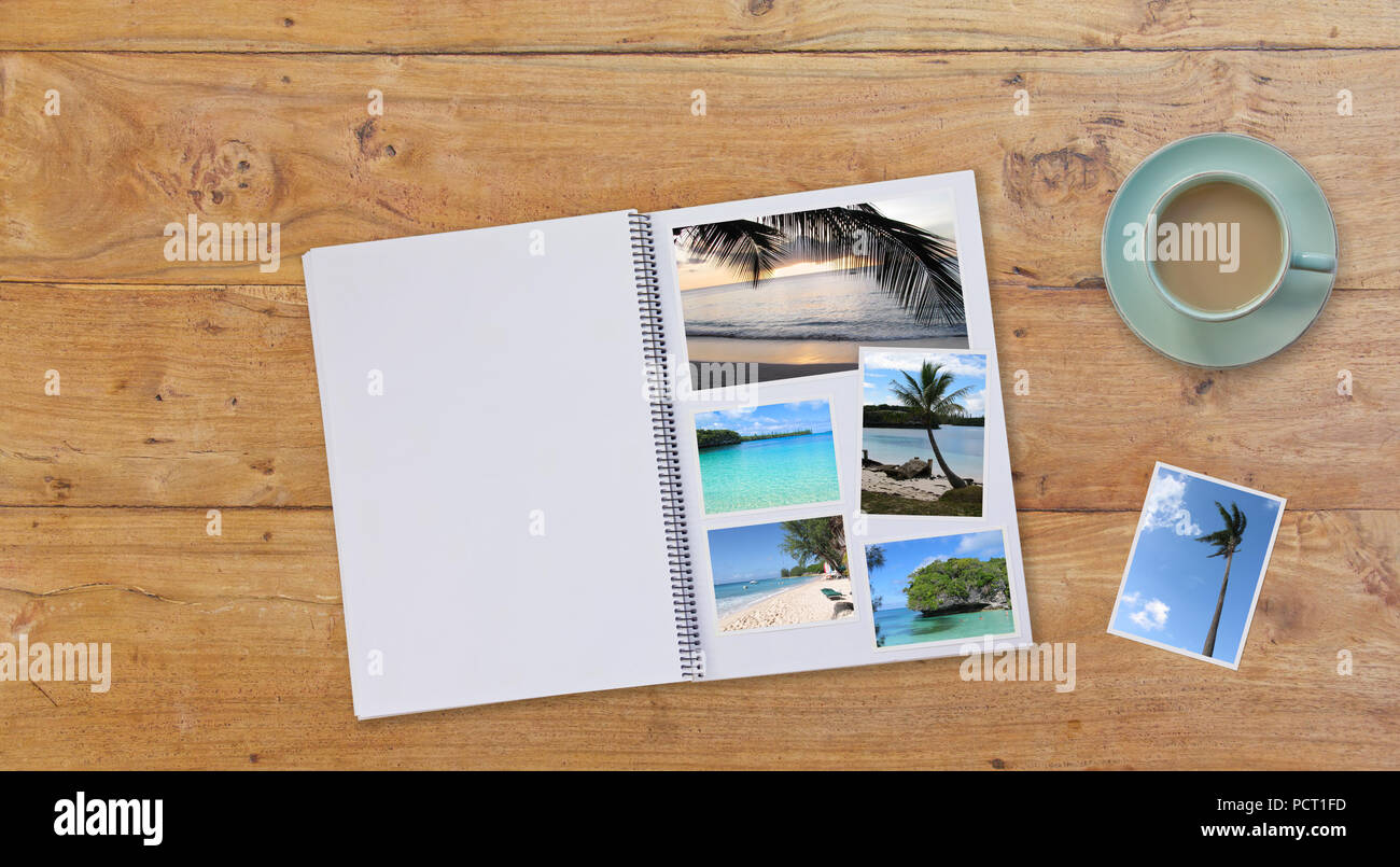 Album Photobook bannière sur fond de table en bois avec des images de plages et du café ou du thé dans la tasse Photo Stock