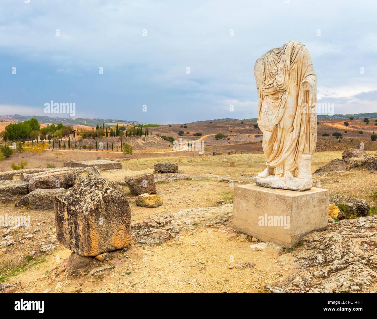 Ruines de la ville d'Celtic-Roman Segobriga, près de Saelices, province de Cuenca, communauté autonome de Castille-La Manche, en Espagne. Parque Arqueológico de Segóbriga. St sans tête Photo Stock