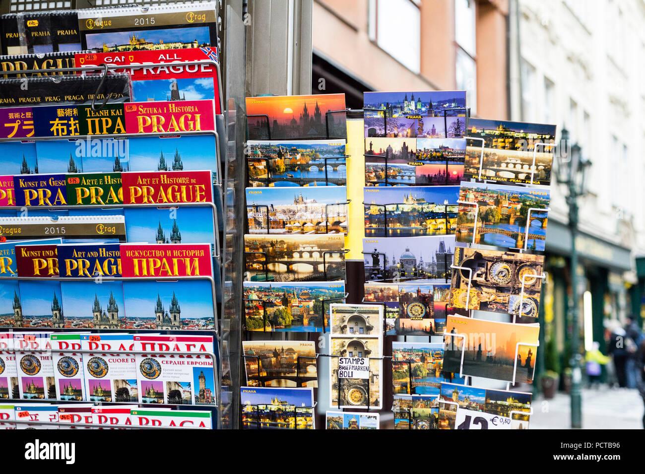 République tchèque, Prague, les guides et cartes postales stand Photo Stock
