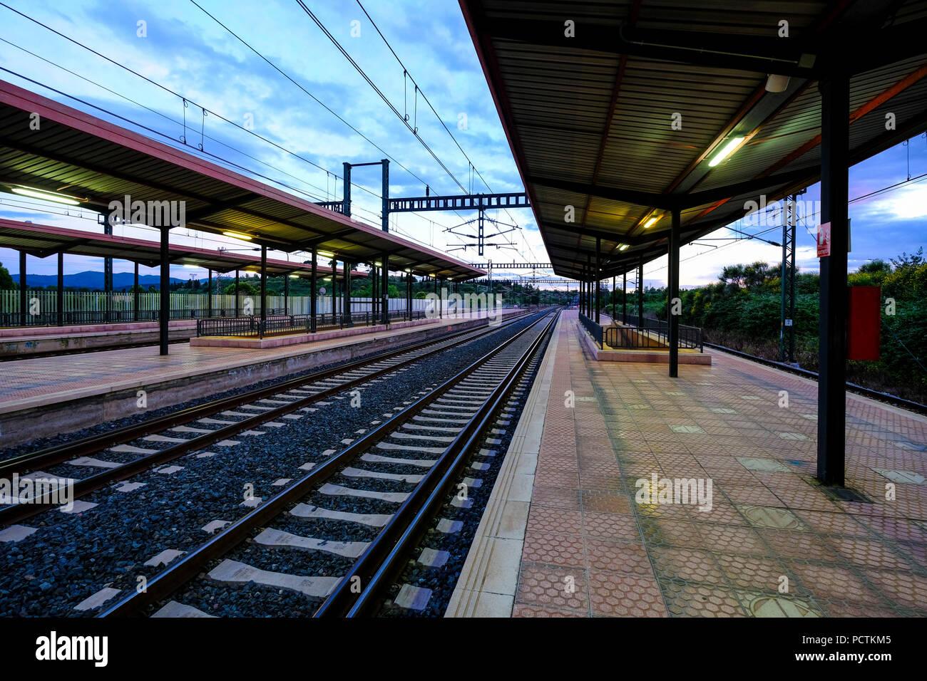 Gare sans peuple au coucher du soleil dans la zone métropolitaine de Barcelone en Catalogne Espagne Photo Stock