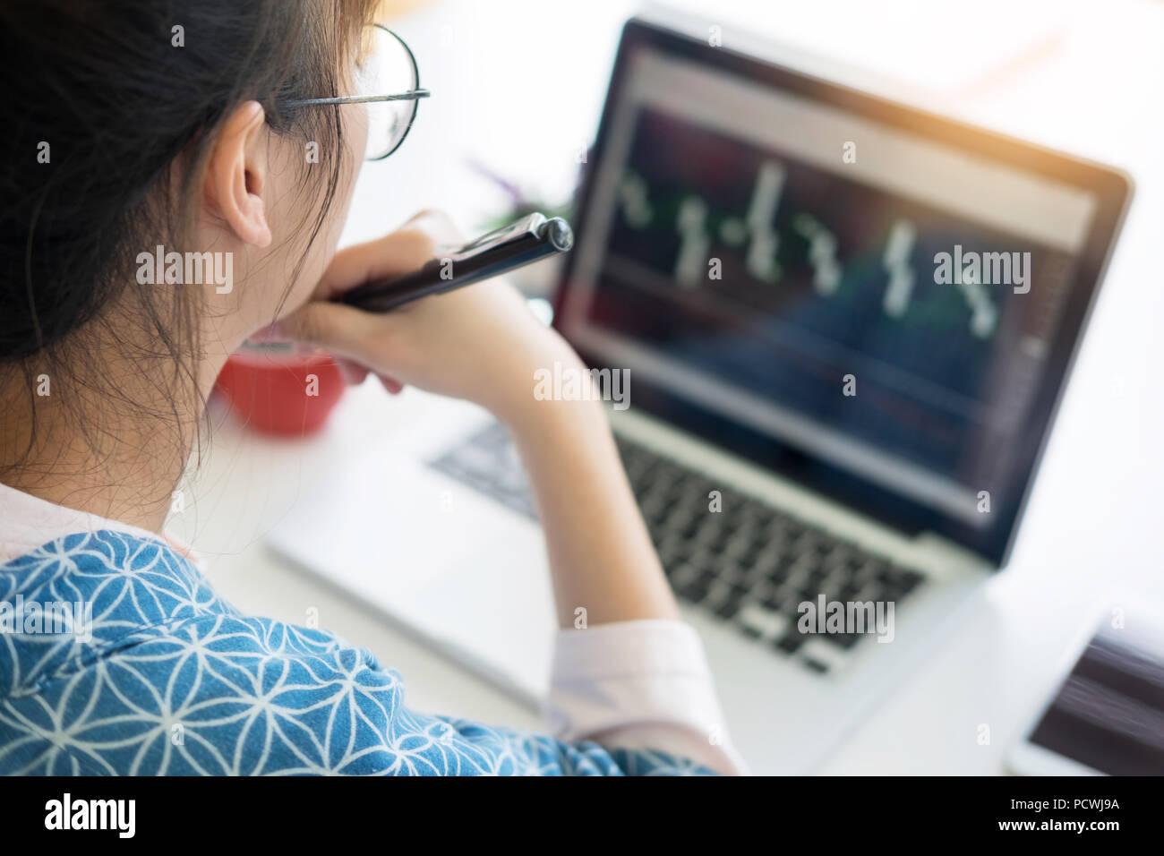 Femme au travail coffre immense Loft Studio.recherche étudiant la technologie Concept de poste de travail dans le processus de démarrage de création moderne Bureau d'analyser les actions du marché Banque D'Images