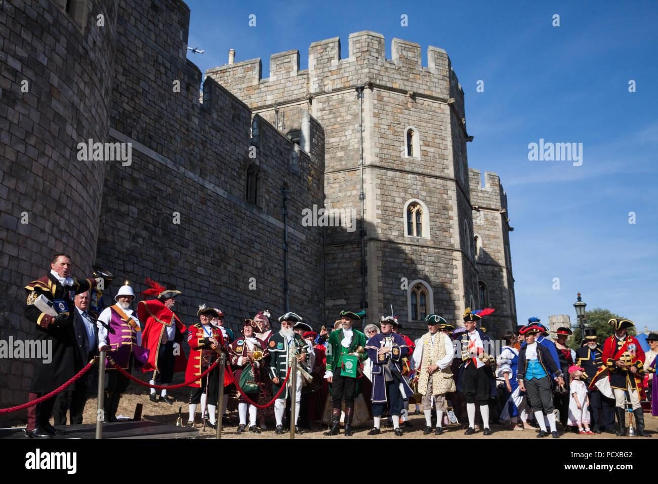 """Windsor, Royaume-Uni. 4 Août, 2018. Quarante crieurs du Royaume-Uni et deux d'Australie rassembler à l'extérieur du château de Windsor pour la cérémonie de remise des prix à l'ancienne et honorable de la Guilde des crieurs publics (AHGTC) Championnat national. Ils ont concouru dans deux séries de pleurs, le premier cri d'une maison a marqué sur la diction, l'intonation, la clarté et le volume et le second un cri sur le thème de """"la fête"""". Credit: Mark Kerrison/Alamy Live News Photo Stock"""