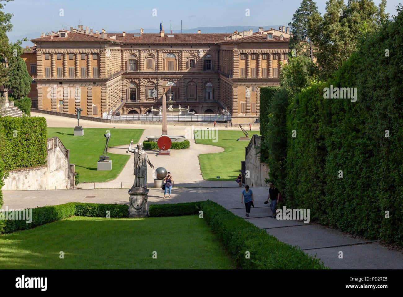"""Un coup de feu tiré de l'arrière-plan du Palais Pitti à un tirage au niveau de la """"fontaine de Neptune"""" plate-forme. L'arrière du Palais Pitti. Photo Stock"""