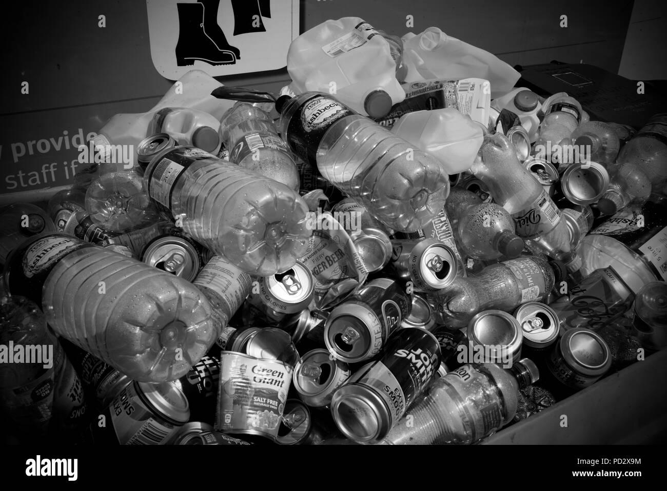 Les bouteilles en plastique et des boîtes au centre de recyclage de Saffron Walden, Essex, Angleterre, Royaume-Uni. Août 2018 Photo Stock
