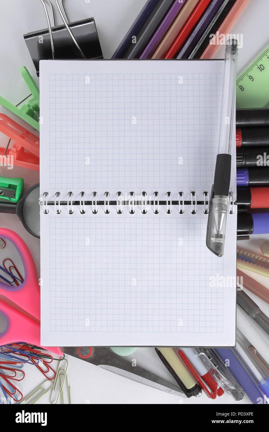 Ouvrir Le Bloc Notes Sur Les Fournitures De Bureau Sur Fond Blanc