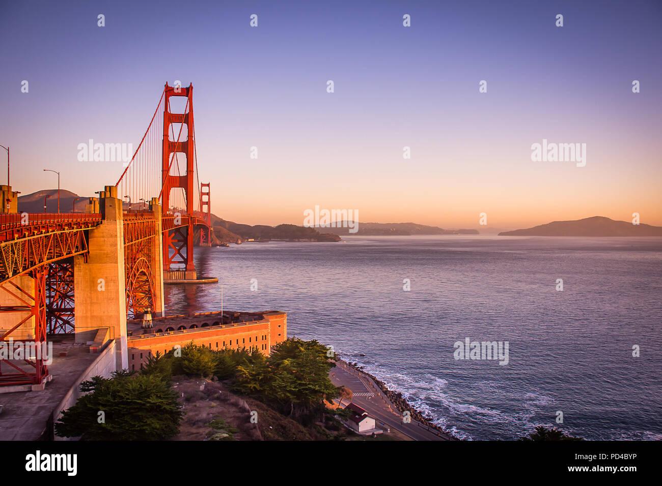 Le Golden Gate Bridge au lever du soleil Photo Stock