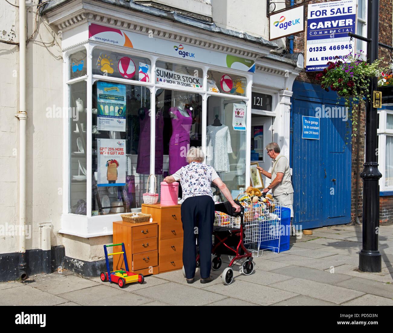 Les clients à l'extérieur de Age Concern England UK, magasin de charité Photo Stock