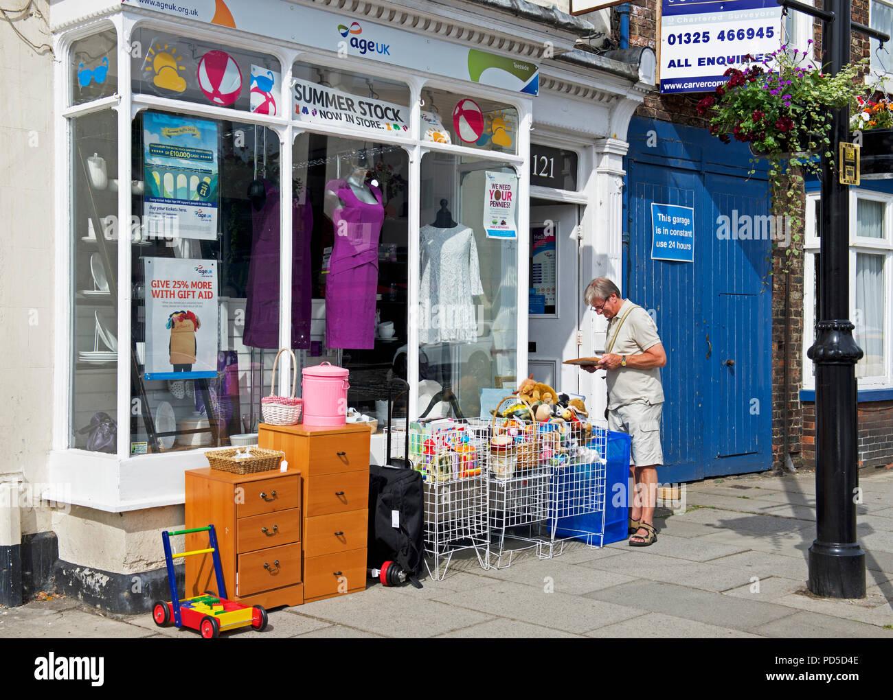 En dehors de l'homme magasin de charité Age Concern England, UK Photo Stock