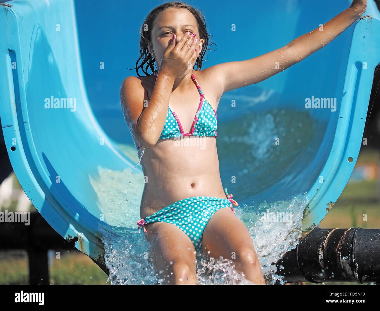 Petite fille jouant dans un parc de l'eau Photo Stock