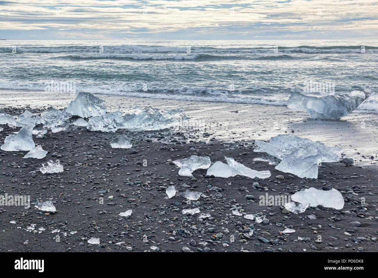 Plage du diamant, le sud de l'Islande, où la glace de Jokulsarlon Glacial Lagoon est déposé sur le sable noir volcanique. Photo Stock