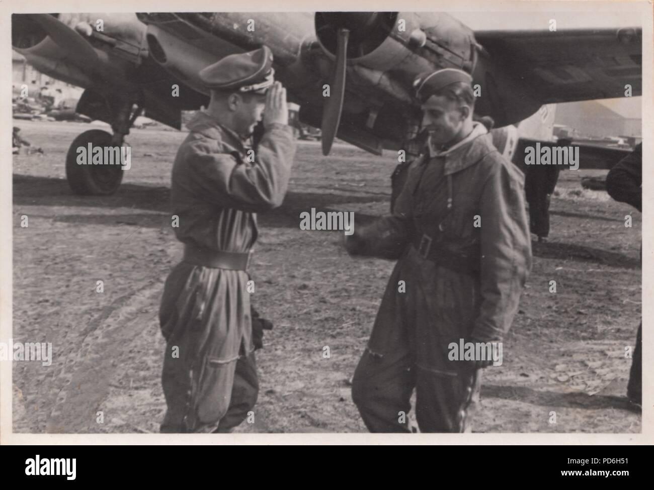 Droit de l'album photo de l'Oberleutnant Oscar Müller de la Kampfgeschwader 1: Leutnant Frenzel (à gauche) du 5./KG 1 fait état d'une sortie réussie Leutnant Oscar Müller en 1941. Banque D'Images