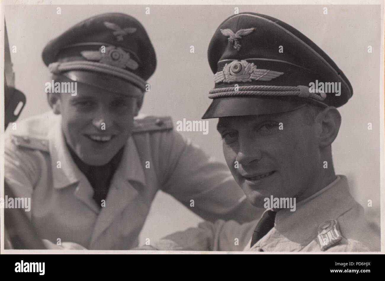 Droit de l'album photo de l'Oberleutnant Oscar Müller de la Kampfgeschwader 1: Oberleutnants Oscar Müller et Siegfried Freiherr von Cramm de la Kampfgeschwader 1 à l'été 1942. Banque D'Images