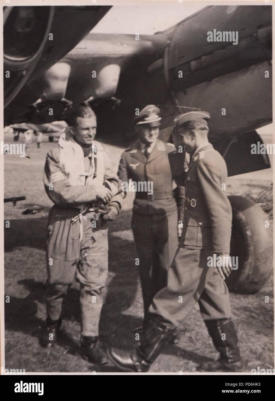 Droit de l'album photo de l'Oberleutnant Oscar Müller de la Kampfgeschwader 1: l'Oberleutnant Friedrich Clodius (à gauche) est accueilli par le lieutenant Oscar Müller à l'atterrissage. Clodius est le Staffelkapitän du 5./KG 1 durant l'été 1941 et jusqu'à ce qu'il a été affiché le 8 novembre 1941 manquant. Banque D'Images