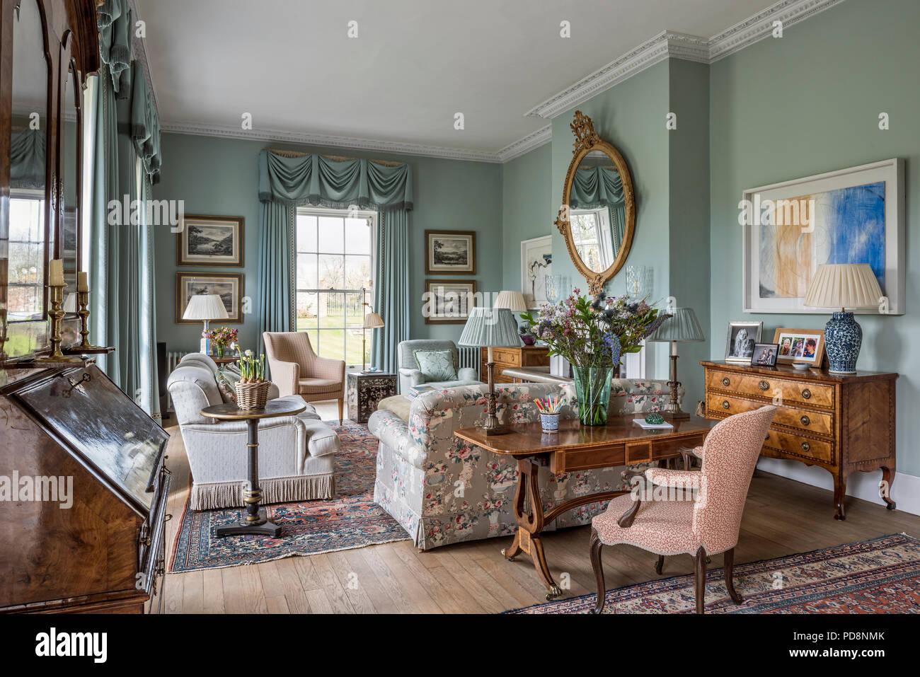 grand miroir ovale au-dessus de cheminée en vert clair salon avec