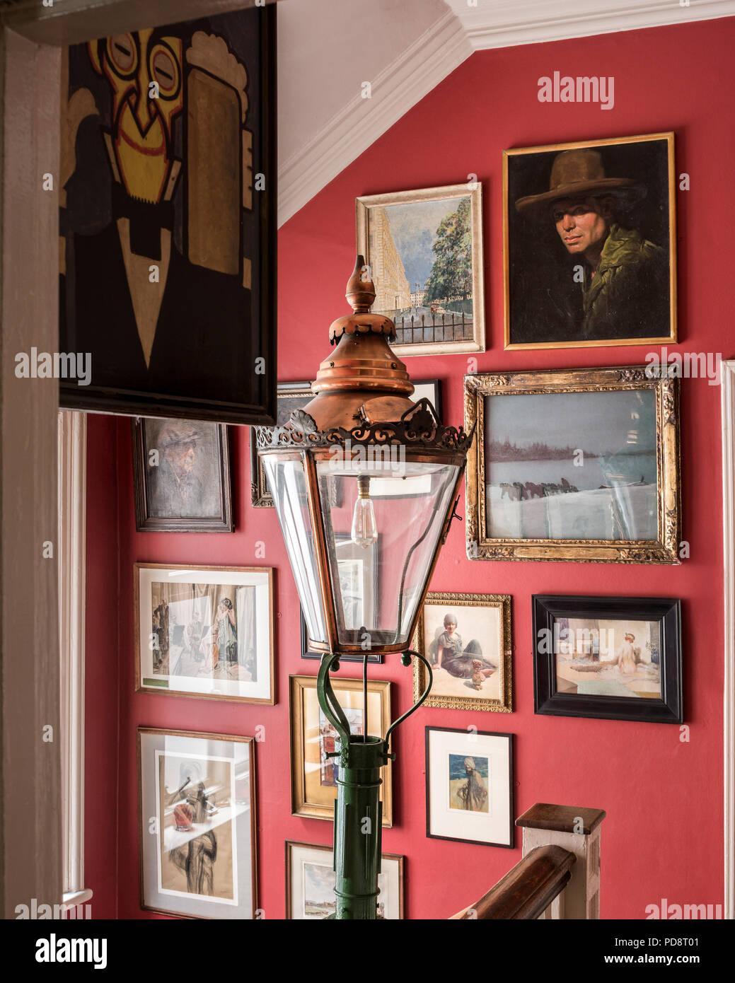 Œuvres assorties sur le mur de l'escalier Sketch club de Londres. Une rue lampe lanterne est dans l'fireground Photo Stock