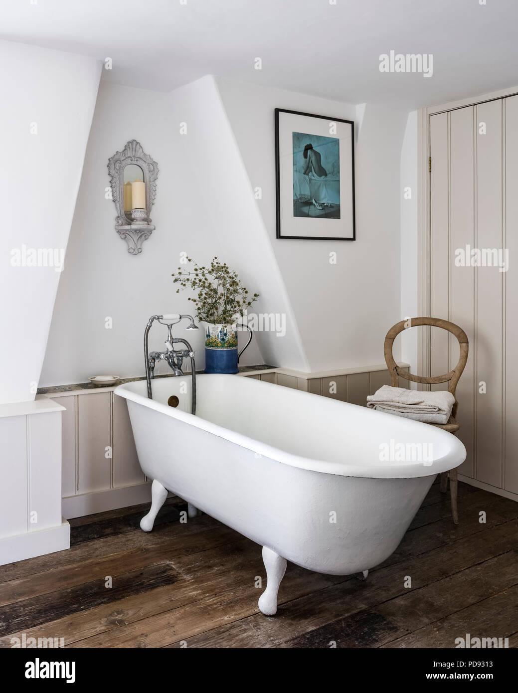Baignoire sur pieds dans la salle de bains mansardée avec ...