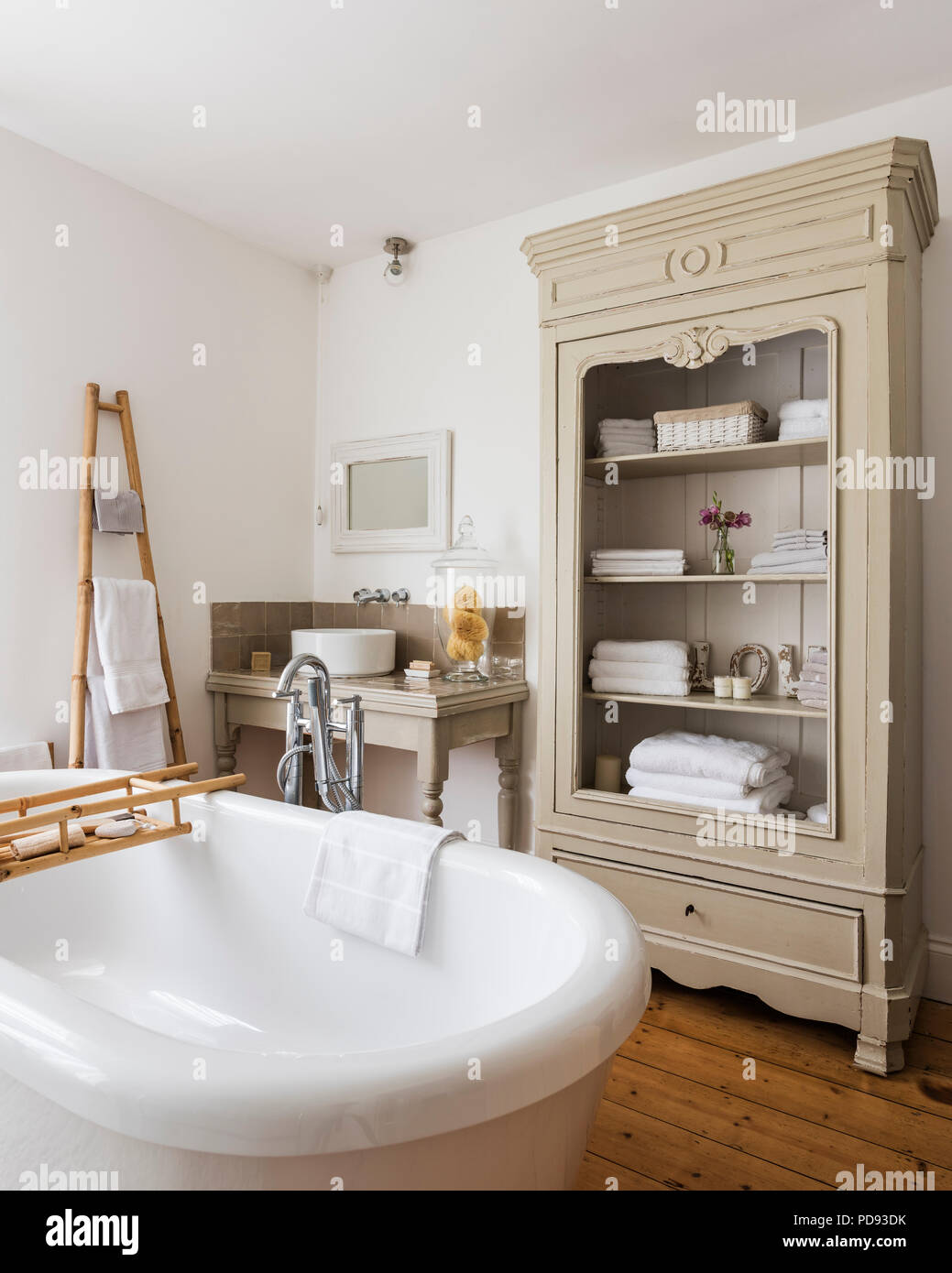 Grande armoire dans la salle de bains rustique aux hauts ...