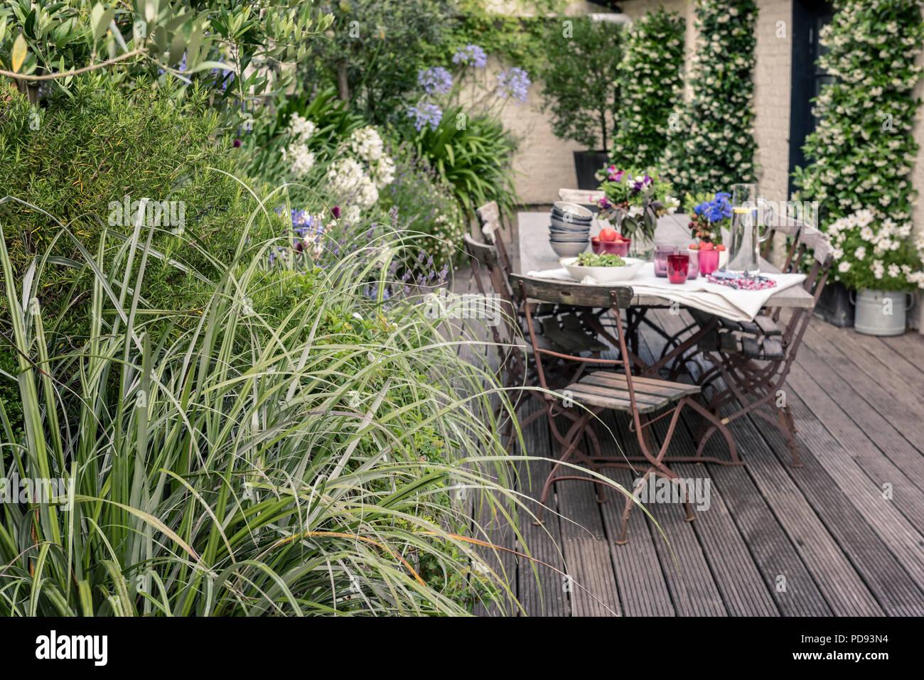 Chaises de bistrot ancien français autour de longues tables ...