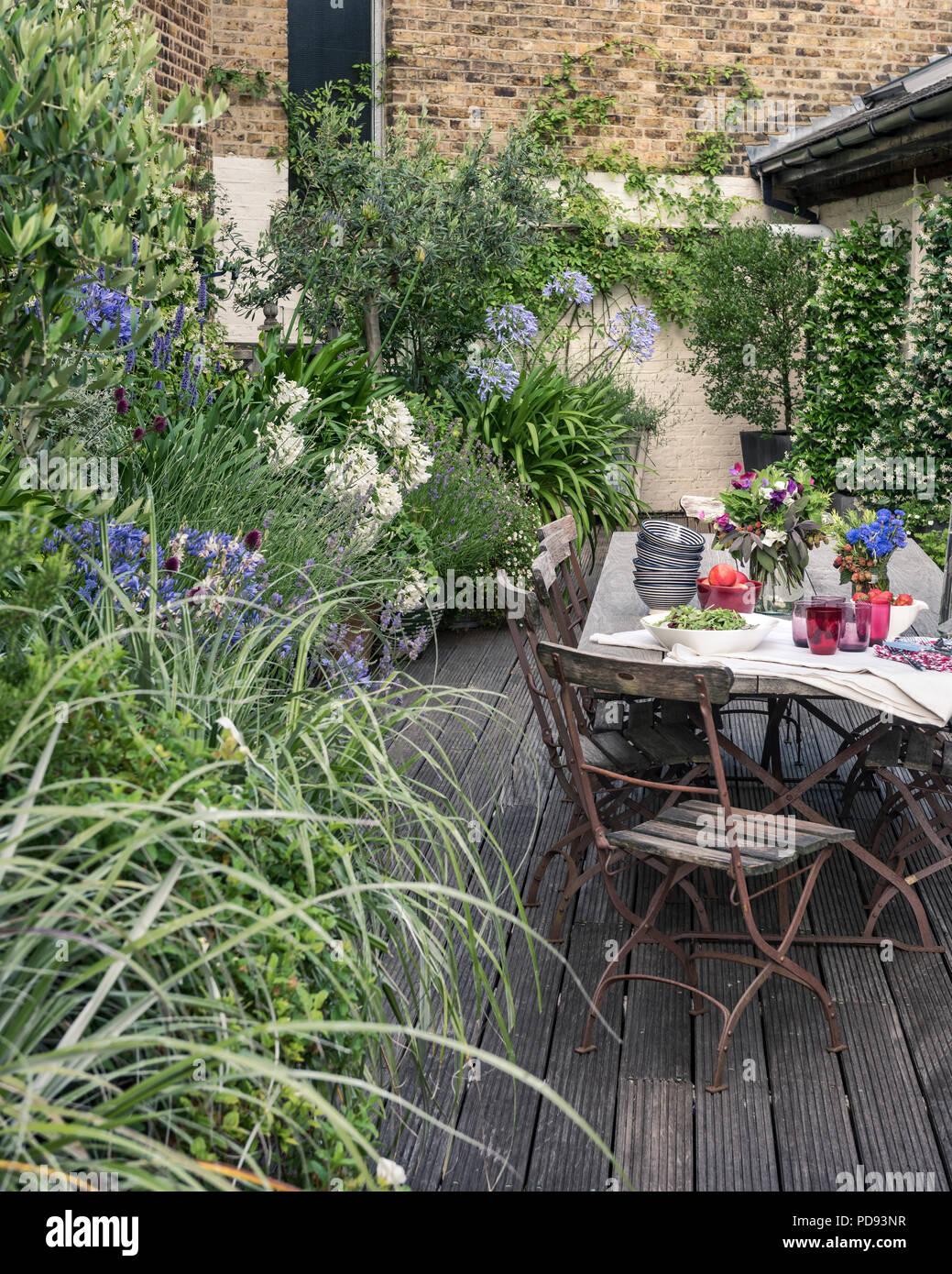 Chaises de bistrot ancien français autour de longues tables en bois ...