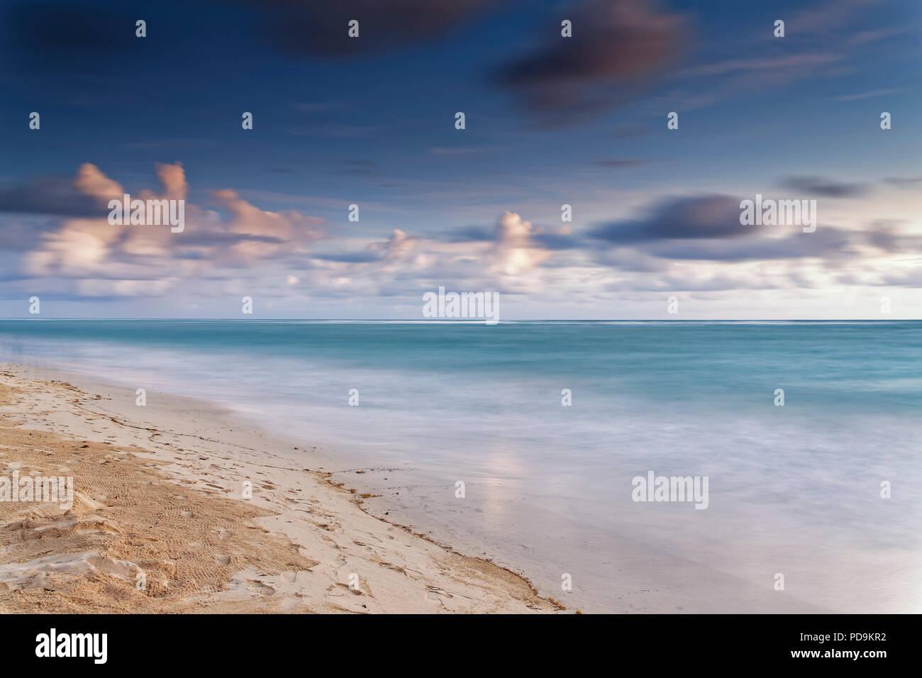 Plage de sable, mer avec ciel nuageux, Playa Bavaro, Océan Atlantique, Punta Cana, République Dominicaine Photo Stock