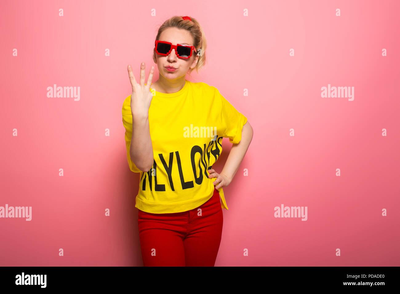 Femme blonde en vêtements lumineux Photo Stock