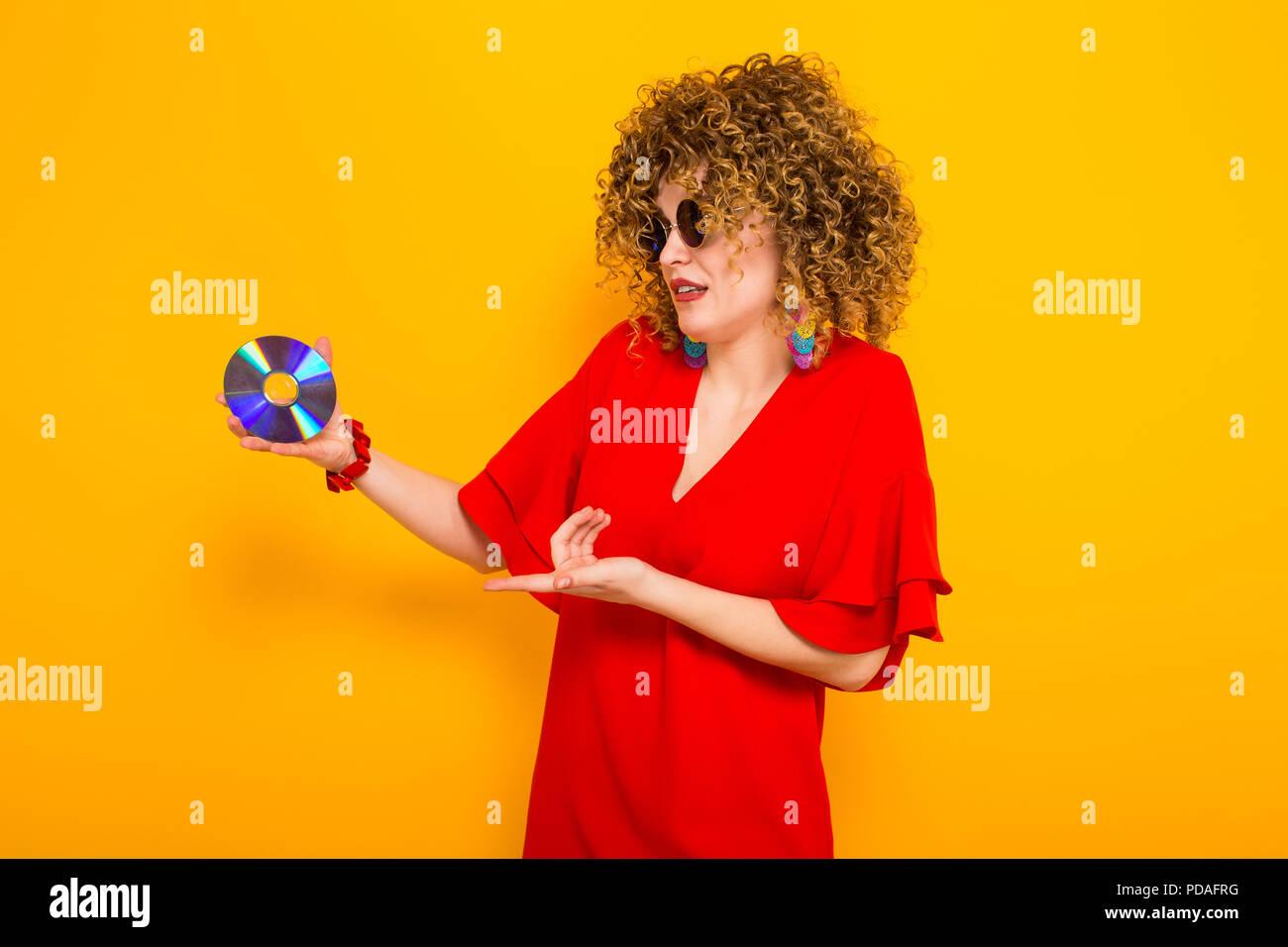 Jolie femme avec les cheveux bouclés avec disc Photo Stock