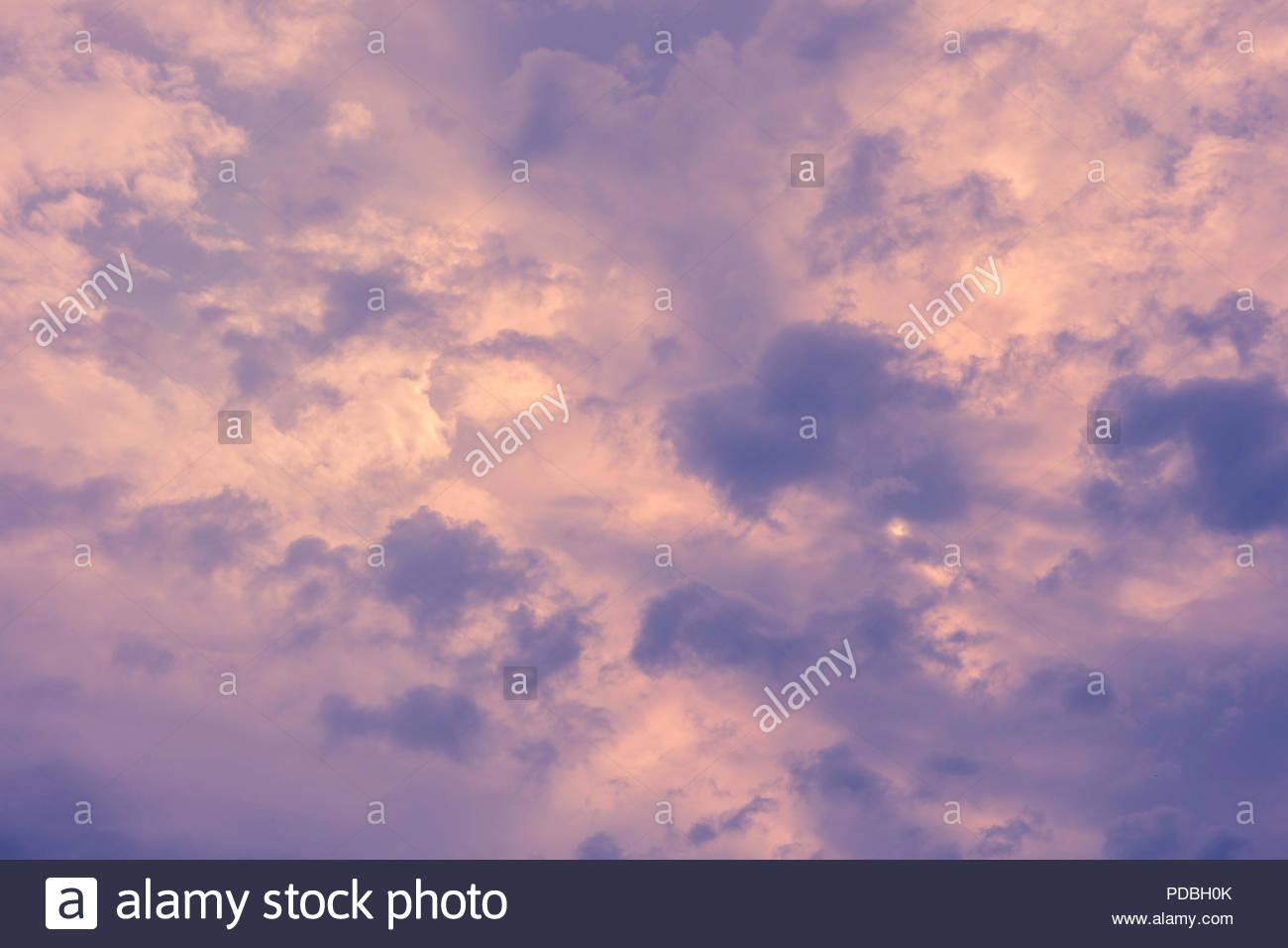 Ciel du matin menaçant avec nimbostratus et stratus fractus pannus nuages de pluie dans le forcast Photo Stock