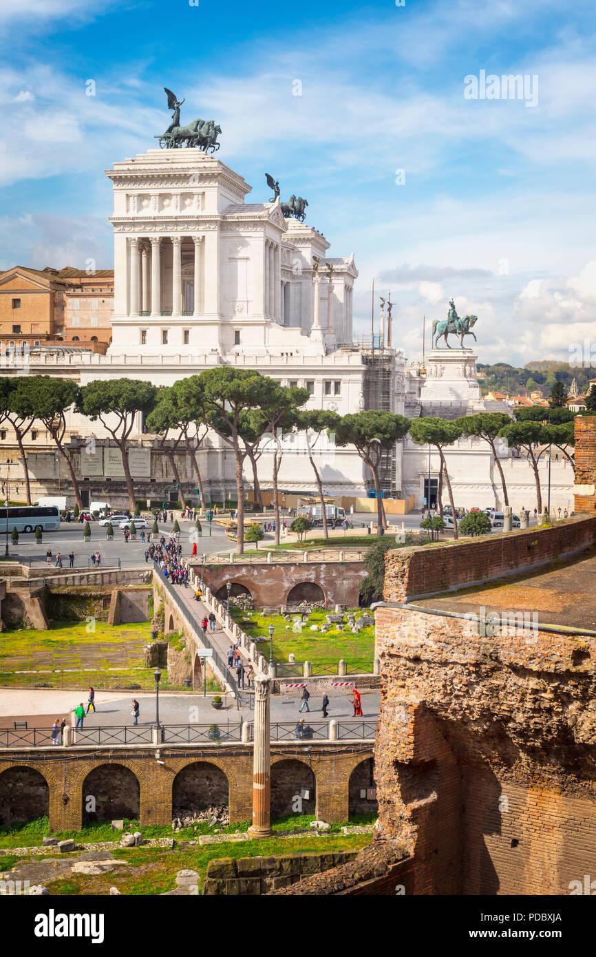 Rome, Italie. Monument de Vittorio Emanuele II, aussi connu sous le Vittoriano, vu de Forum de Trajan. Le centre historique de Rome est une organisation mondiale de l'UNESCO Banque D'Images