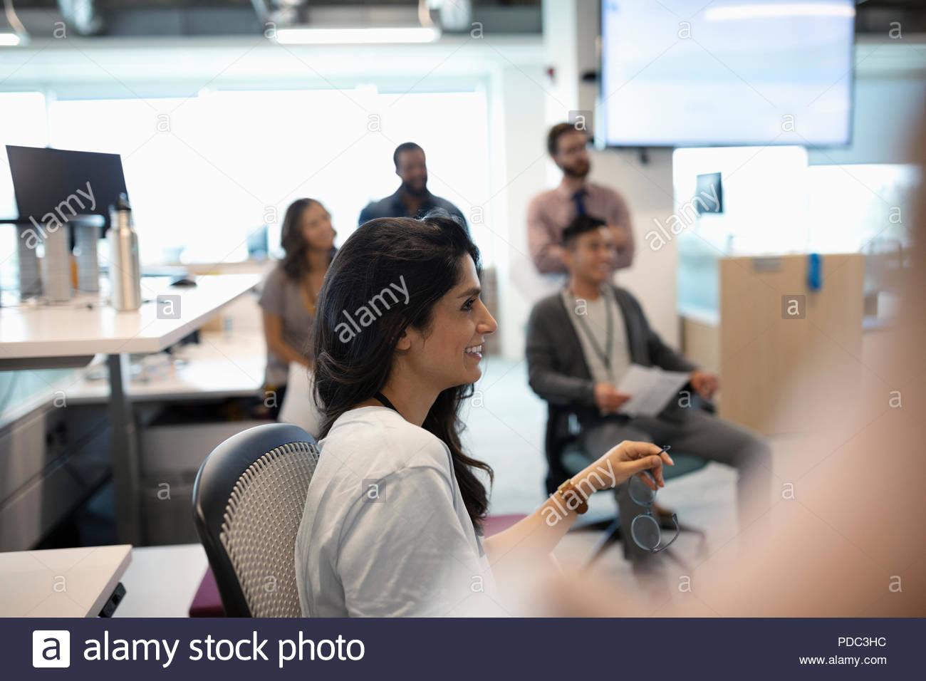 Smiling businesswoman listening en réunion de bureau Photo Stock