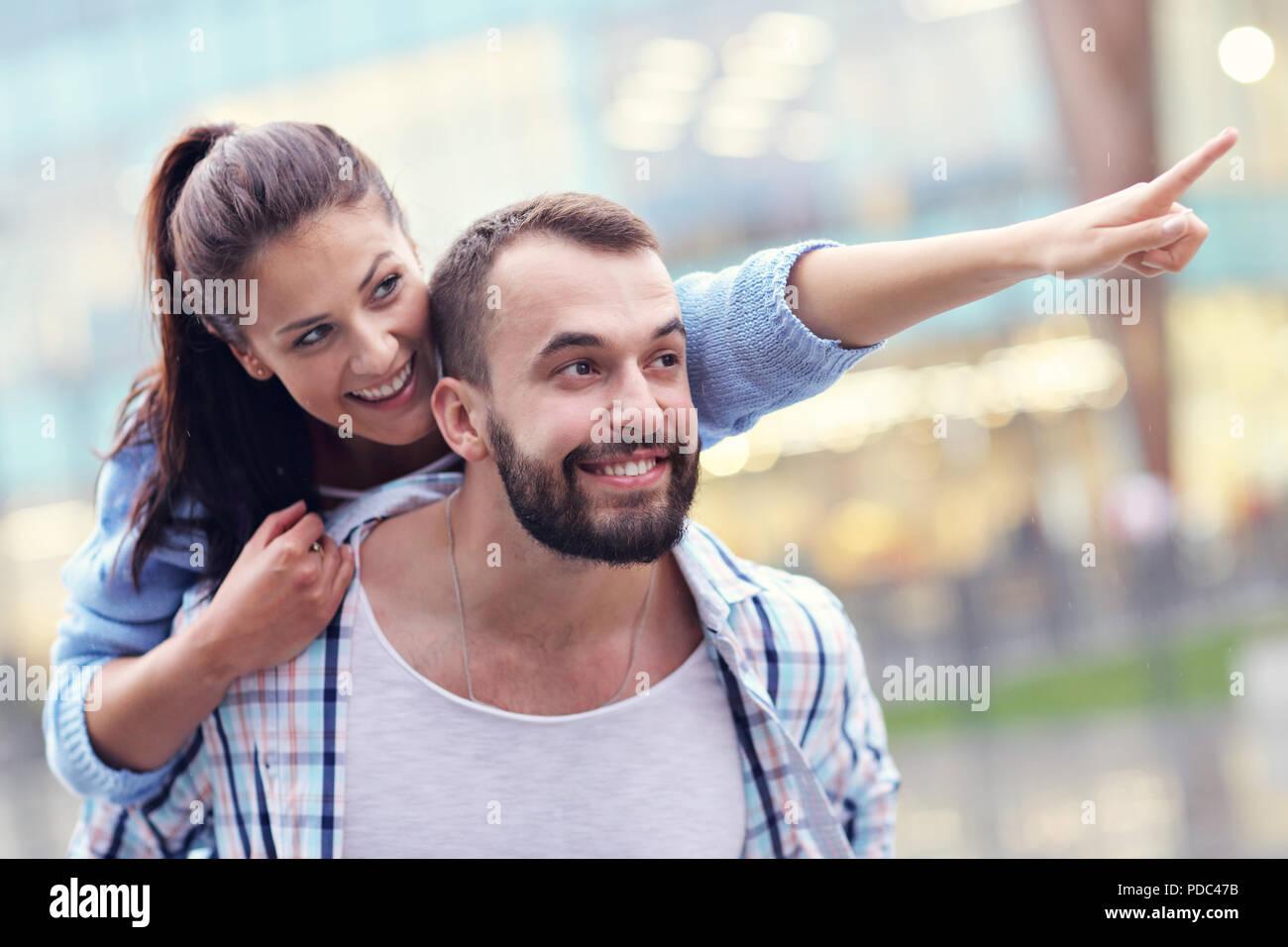 Heureux en couple dans la ville Banque D'Images