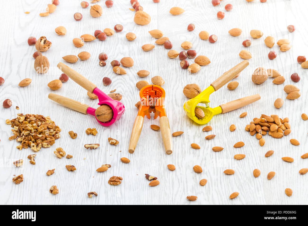 Écrou colorés de style moderne avec des écrous dans divers biscuits table de cuisine Photo Stock