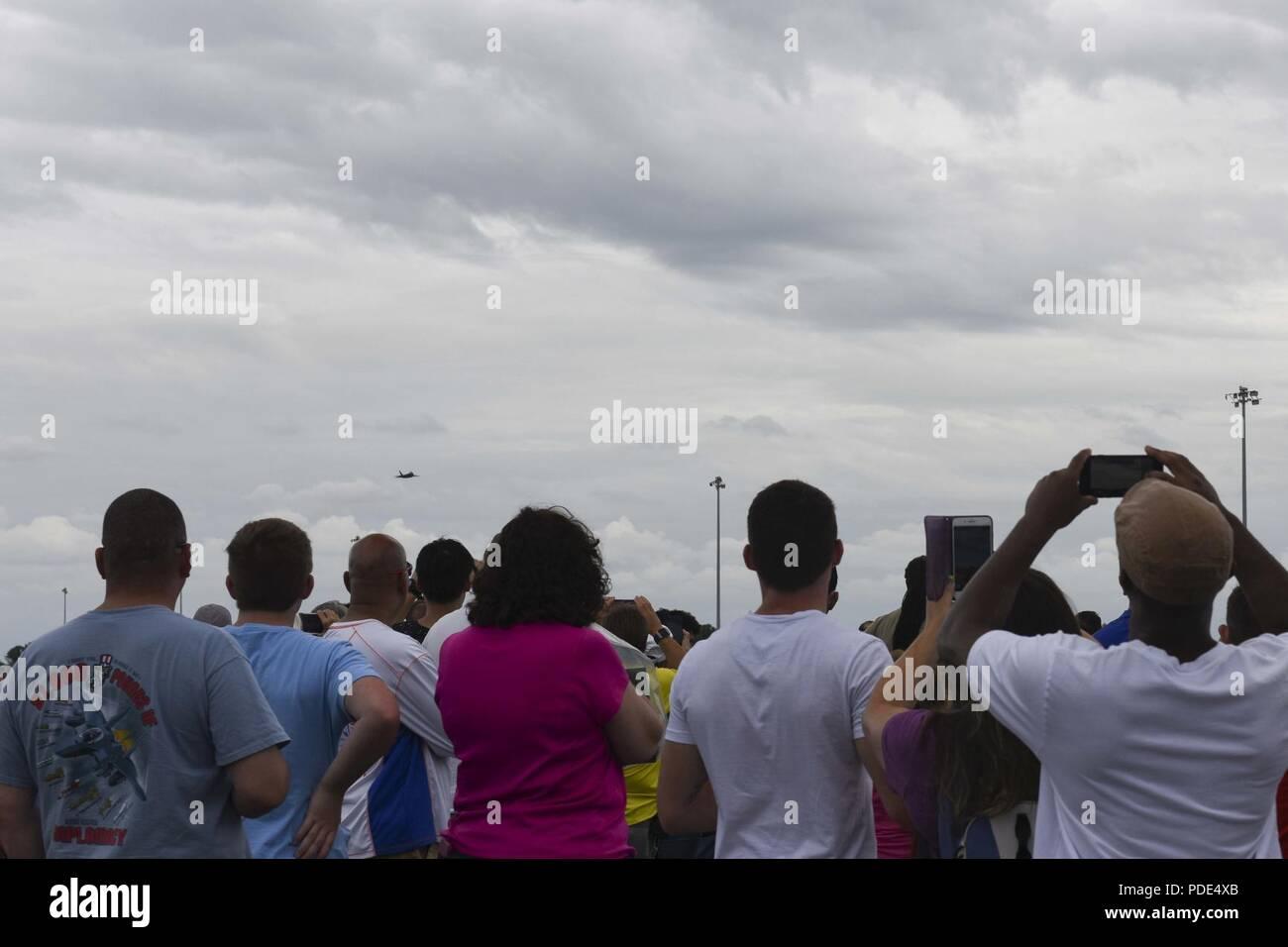 6db52338a36 Spectateurs regarder la U.S. Air Force F-22 Raptor de l équipe de  démonstration
