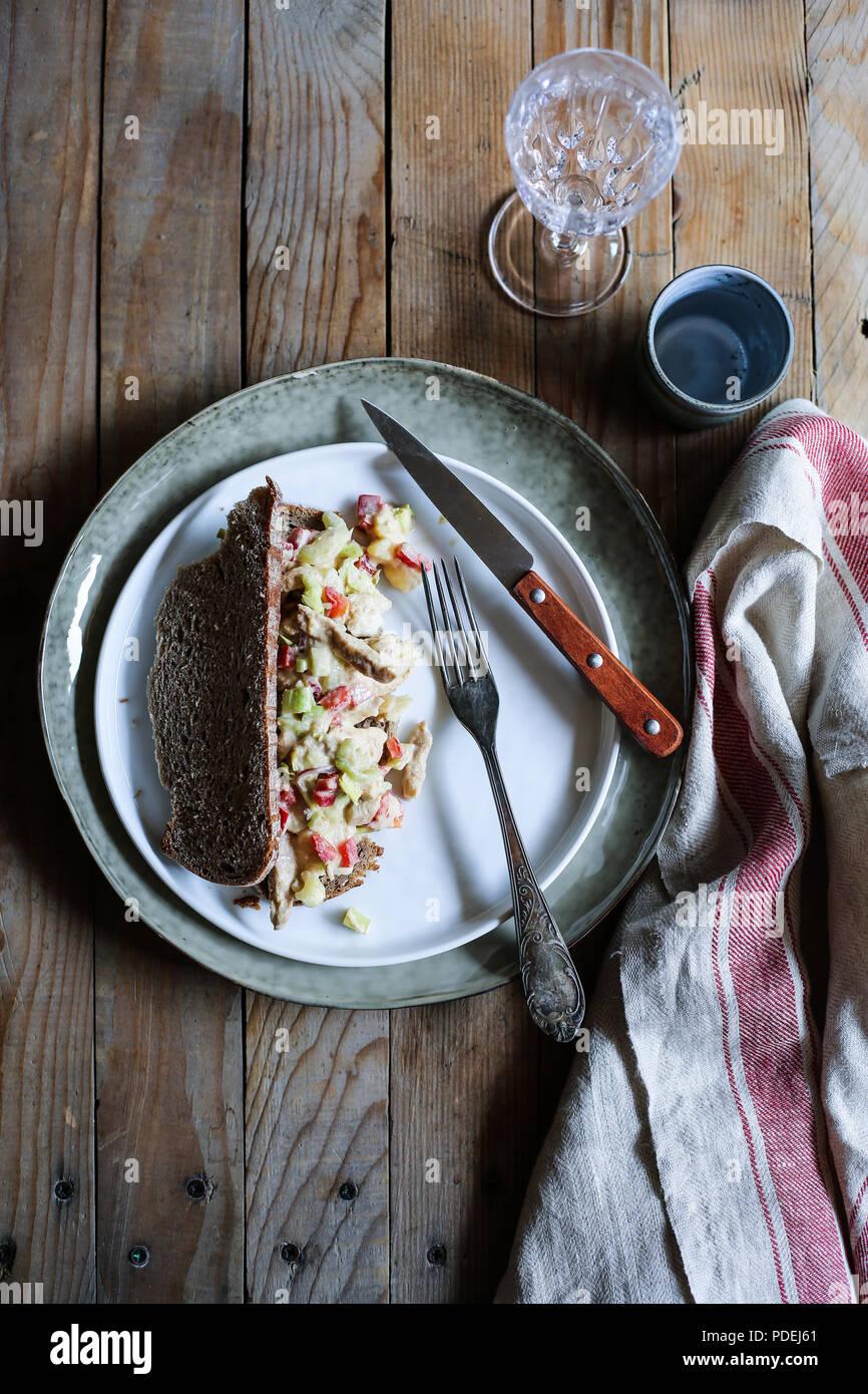Salade de poulet sandwich ouvert Photo Stock