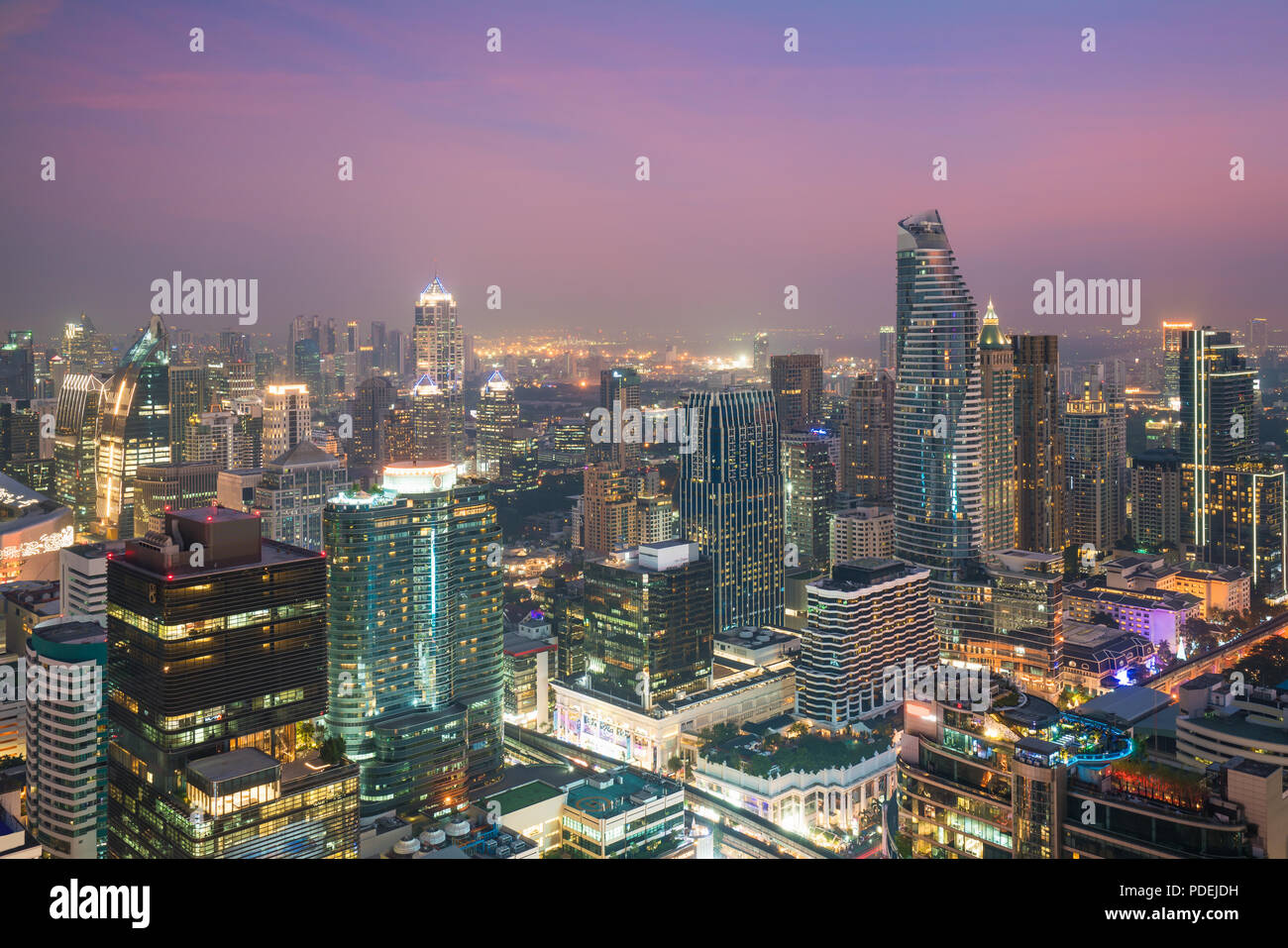 Immeuble moderne dans le quartier des affaires de Bangkok à Bangkok city skyline avec dans la nuit, la Thaïlande. Photo Stock