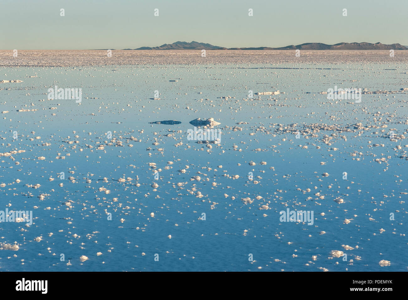 Coucher du soleil dans le Salar de Uyuni, près de Colchani. C'est le plus grand de sel dans le monde - Site du patrimoine mondial de l'Altiplano, Bolivie Photo Stock