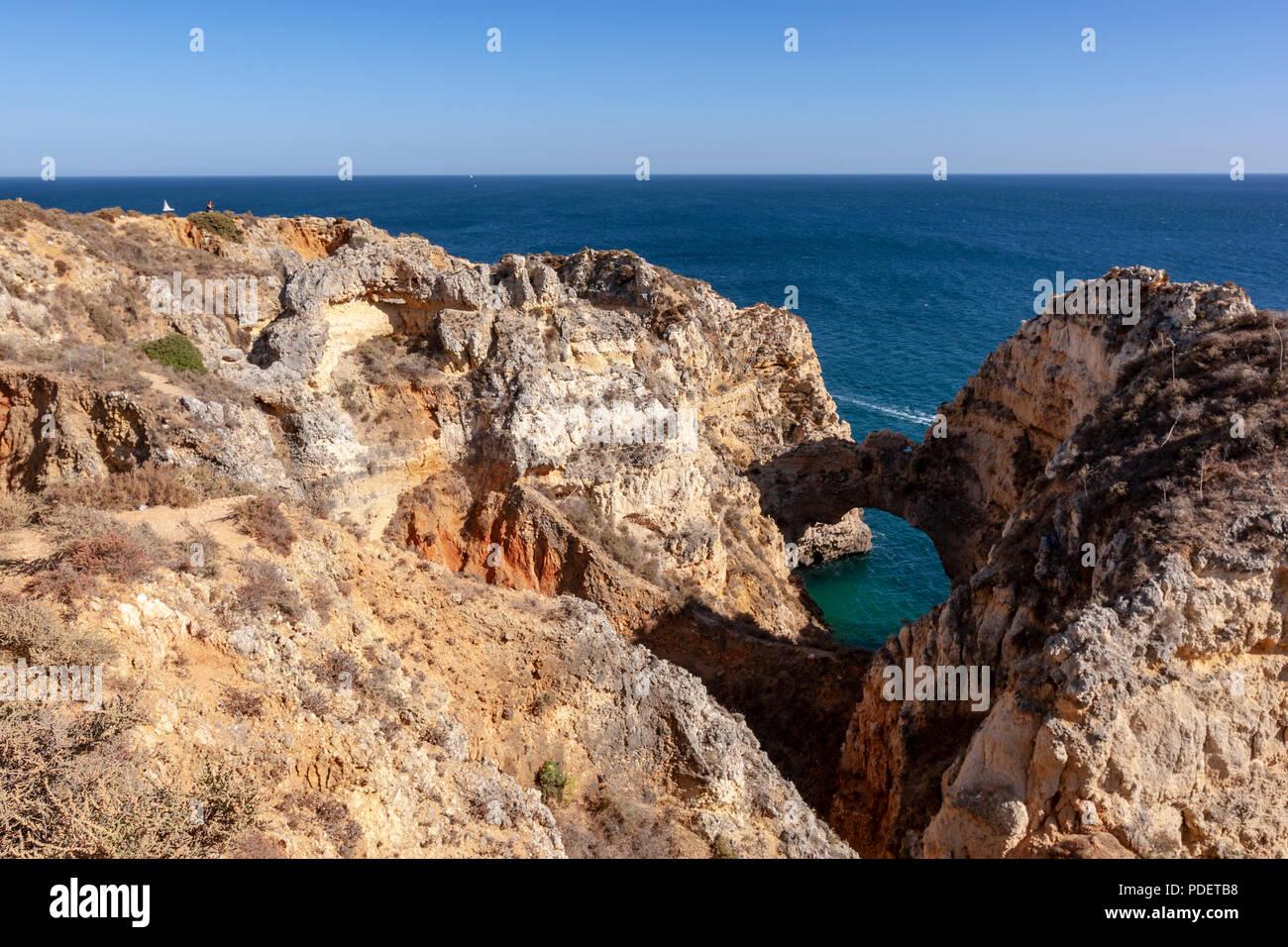 Des vues pittoresques sur les côtes accidentées et de falaises de grès près de Farol da Ponta da Piedade, Lagos, Algarve, Portugal. Photo Stock